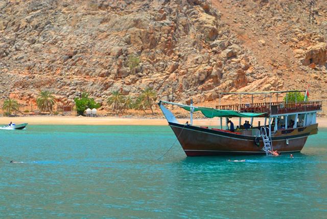 resor till dubai oman - båt fjord
